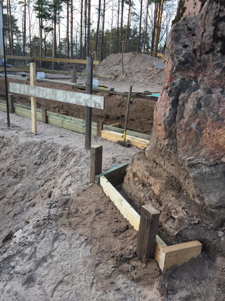 Formbygge av stödvägg till poolen